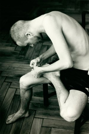 Wolfgang Tillmans, Anders pulling splinter from his foot, 2004