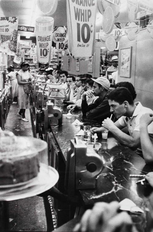 Robert Frank, Drug store – Detroit (1955)